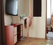 Un fregna elastica dalle cosce lunghe