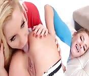 Lesbiche si leccano il culo e mostrano le loro abilità