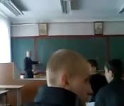 Schülerin holt Kumpel in der Klasse einen runter