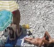 Un paio di coppie se la fanno in spiaggia