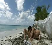 Baise hardcore sur le sable chaud