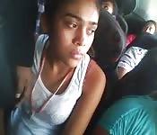 Une ado mignonne dans le bus