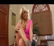 Belle blonde allume