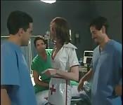 Gangbang con tre uomini e una sexy infermiera