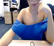 Blondine vor der Webcam
