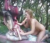 Une femme qui baise avec un gros gode