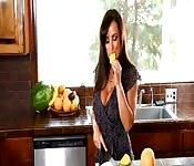 Belle cougar brune plantureuse se masturbe en cuisine