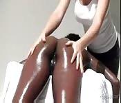 Bellezza nera ottiene un massaggio