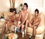 Un gruppo di amici si masturba assieme