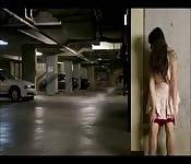 Elle s'excite seule au sous sol
