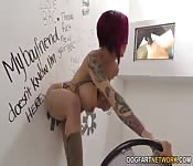 Cette nana tatouée à gros seins adore le glory hole