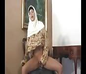 Donna amatoriale in hijab gioca