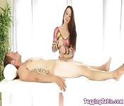 Une masseuse se laisse emporter