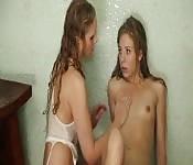 MILF super chaude réalise son fantasme lesbien