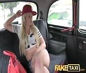 Blonde en chaleur baise le chauffeur de taxi