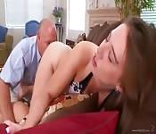 Elle baise le beau-père de sa pote comme une pro