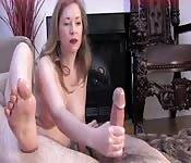 Elle est douée pour branler avec ses pieds
