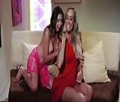 Lesbiennes aux gros seins creusent dans le réel