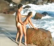 Baise énergique à la plage
