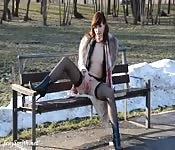 Une jeune russe brave et nue en public