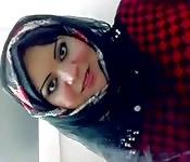 Une pute mature qui porte un hijab