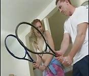 Rotschopf bekommt Tennisunterricht und wird in den Arsch gef...