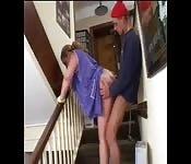 Putzfrau wird im Treppenhaus gebumst