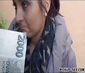 Una ragazza da via la bocca per soldi