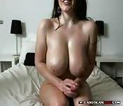 Une fille à gros seins se filme en jouant avec ses godes
