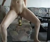 Una bionda amatoriale si scopa con una bottiglia