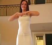 Giovano in un bianco vestito