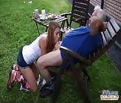 Un adolescente si scopa un uomo molto maturo