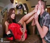 Brune magnifique utilise l'obsession d'un homme pour les pie...