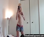Emo camwhore gives us a sexy show.