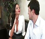Latina à gros seins se chope une bite