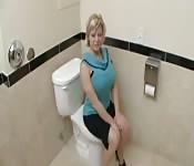 Salope plantureuse baisée dans les toilettes
