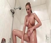 Blonde sexy fait un spectacle dans sa douche