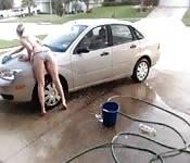 Lavage de voiture sexy pour une petite blonde délurée