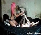 La lesbica tatuata lecca un alluce