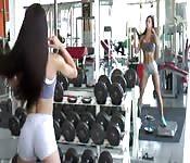 Une fille sexy à la gym