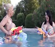 Milf con enormi tette gioca in acqua