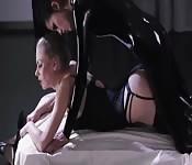 Una sessione lesbo in pelle