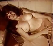 Femme vintage dans une vidéo solo