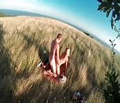 Selvaggi in mezzo all'erba