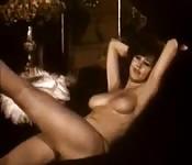 Une femme vintage nue en vidéo