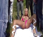 Blonde Deutsche bei Outdoor-Gangbang