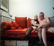 Une grand-mère se fait baiser sur le canapé