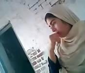 Une fille arabe devant la caméra.