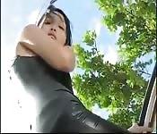 Asiatique montre sa tenue en cuir