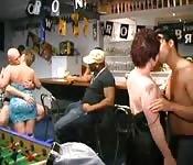Orgie sauvage dans un pub hollandais